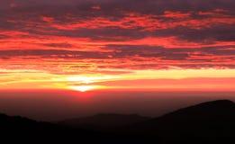 Lever de soleil au-dessus des montagnes Images stock