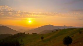 Lever de soleil au-dessus des montagnes banque de vidéos