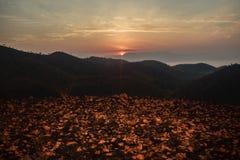 Lever de soleil au-dessus des montagnes dans un pays tropical Image libre de droits