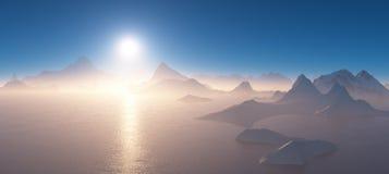 Lever de soleil au-dessus des montagnes entourées par l'eau Photographie stock