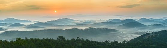 Lever de soleil au-dessus des montagnes panoramiques de Dalat Image stock