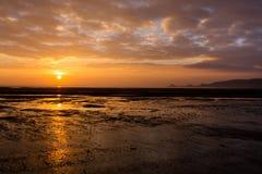Lever de soleil au-dessus des mudflats de marmonnements Images libres de droits