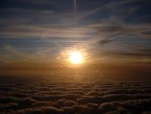Lever de soleil au-dessus des nuages images stock