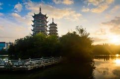 Lever de soleil au-dessus des pagodas à Guilin, Chine Photos stock