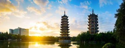 Lever de soleil au-dessus des pagodas à Guilin, Chine Photo libre de droits