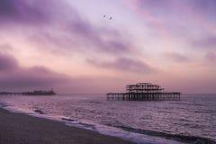 Lever de soleil au-dessus des piliers de Brighton photo stock