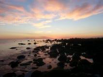 Lever de soleil au-dessus des roches Image libre de droits