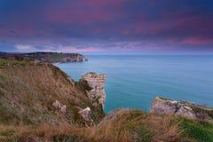 Lever de soleil au-dessus des roches dans l'Océan Atlantique Photo stock