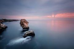 Lever de soleil au-dessus des roches de Tylenovo Images libres de droits