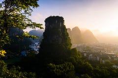 Lever de soleil au-dessus des roches de karst dans Yangshuo Chine Photos libres de droits