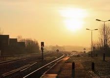 Lever de soleil au-dessus des voies de chemin de fer Kirkham et Wesham. Images stock