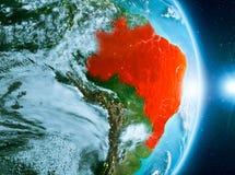 Lever de soleil au-dessus du Brésil sur terre de planète Image libre de droits