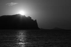 Lever de soleil au-dessus du bâti noir antique Images libres de droits