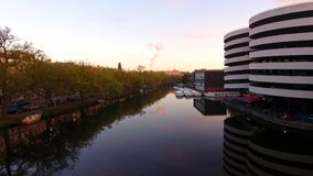 Lever de soleil au-dessus du canal d'Amsterdam banque de vidéos