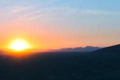 Lever de soleil au-dessus du désert