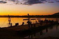 Lever de soleil au-dessus du ferry-boat sur le sao Francisco River images libres de droits