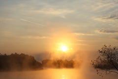 Lever de soleil au-dessus du fleuve images libres de droits