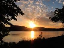 Lever de soleil au-dessus du fleuve Image stock