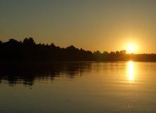 Lever de soleil au-dessus du fleuve Images stock