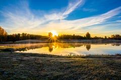 Lever de soleil au-dessus du lac Images stock