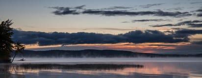 Lever de soleil au-dessus du lac Photographie stock