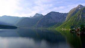 Lever de soleil au-dessus du lac de montagne dans Hallstatt, Alpes banque de vidéos