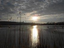 Lever de soleil au-dessus du lac figé Images stock