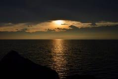 Lever de soleil au-dessus du lac L'horizontal montagneux Photographie stock libre de droits