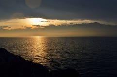 Lever de soleil au-dessus du lac L'horizontal montagneux Image stock