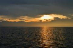 Lever de soleil au-dessus du lac L'horizontal montagneux Images libres de droits