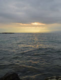 Lever de soleil au-dessus du lac L'horizontal montagneux Image libre de droits
