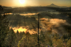 Lever de soleil au-dessus du matin brumeux 2 du capot un de support Images libres de droits