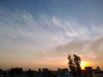 Lever de soleil au-dessus du paysage d'un village images libres de droits