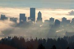 Lever de soleil au-dessus du paysage urbain brumeux de Portland Image stock