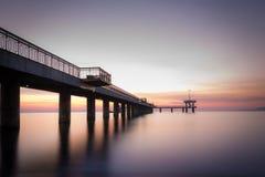 Lever de soleil au-dessus du pont de mer dans la baie de Burgas Photos stock