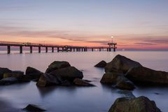 Lever de soleil au-dessus du pont de mer dans la baie de Burgas, Bulgarie Photographie stock libre de droits