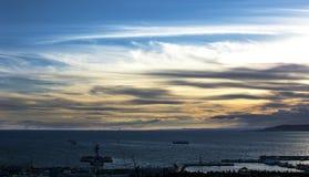 Lever de soleil au-dessus du port Image stock