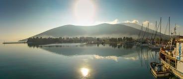 Lever de soleil au-dessus du port dans Amaliapoli images libres de droits