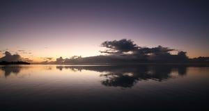 Lever de soleil au-dessus du Tahiti Images stock