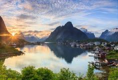Lever de soleil au-dessus du village de fishermans Images libres de droits