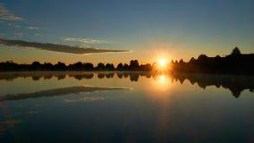 Lever de soleil au-dessus de l'eau immobile dans le voisinage suburbain photo libre de droits