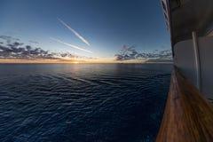 Lever de soleil au-dessus de l'eau de la véranda de balcon de bateau de croisière images stock