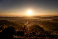 Lever de soleil au-dessus de l'horizon images stock