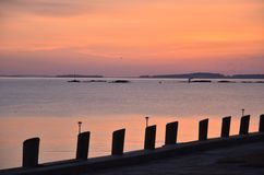 Lever de soleil au-dessus de l'océan avec la silhouette du pilier image libre de droits