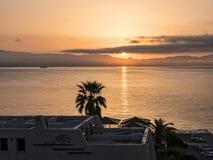 Lever de soleil au-dessus de la baie au-dessus de la ville principale sur la l'île grecque de Corfou Images stock