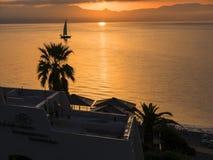 Lever de soleil au-dessus de la baie au-dessus de la ville principale sur la l'île grecque de Corfou Photographie stock libre de droits