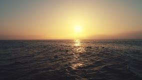 Lever de soleil au-dessus de la mer et de la plage Danse de ressacs Vue aérienne de bourdon banque de vidéos