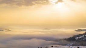 Lever de soleil au-dessus de la montagne d'hiver banque de vidéos