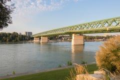 Lever de soleil au-dessus de la rivière Danube et du vieux pont à Bratislava photos libres de droits