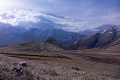 Lever de soleil au-dessus de la vallée et du Gergeti Trinhity Churc Photos stock